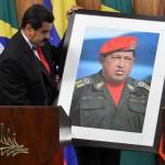 Nicolas Maduro mostra foto di Chavez